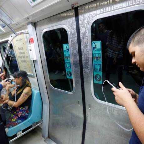 Jovens usam smartphones: contato constante com aparelho reduz capacidade de atenção Foto: MURAD SEZER/Reuters