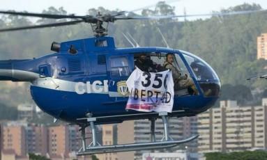 Pilotos sobrevoam região da sede do governo venezuelano com faixa indicando protesto Foto: Reprodução