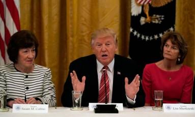Trump fala na Casa Branca, acompanhado pelas senadoras republicanas Susan Collins (esquerda) e Lisa Murkowski Foto: KEVIN LAMARQUE / REUTERS