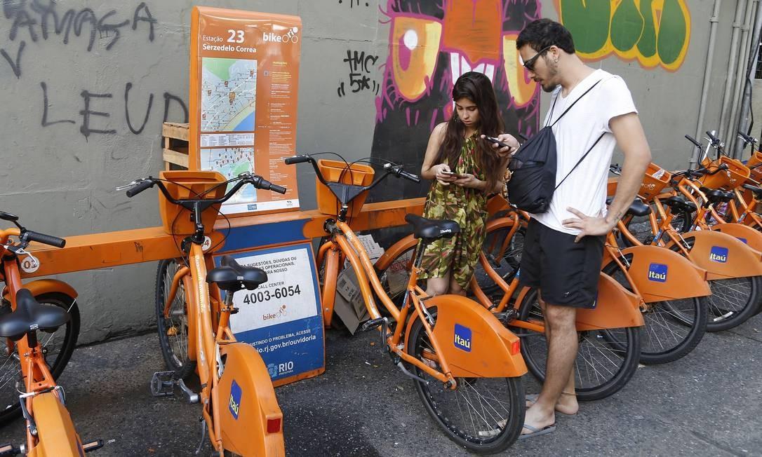 38bb96924 Os paulistas Daiane Martis e Vinícius Alejandro tentam alugar bicicletas em  Copacabana  cada um pagou