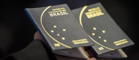 Novo passaporte brasileiro Foto: Marcelo Camargo / Agência O Globo