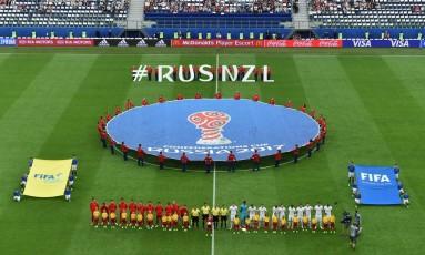 Jogadores da seleção da Rússia, de vermelho, perfilados antes de partida na Copa das Confederações de 2017 Foto: FRANCOIS XAVIER MARIT / AFP