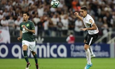 Gabriel, volante do Corinthians, usa a cabeça no jogo contra a Chapecoense: times conseguem poucos gols na jogada aérea Foto: Rodrigo Gazzanel/Agência Corinthians