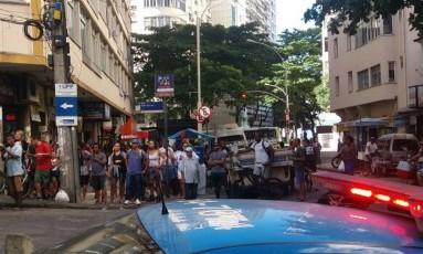 Policiais e moradores na Rua Sá Ferreira, que dá acesso ao Morro Pavão-Pavãozinho Foto: Foto de leitor