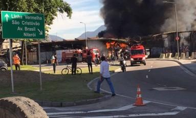 Chamas tomaram parte do barracão da Renascer de Jacarepaguá Foto: Foto do leitor Fábio Souza via WhatsApp