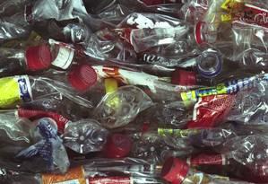 Especialistas alertam para necessidade de reduzir consumo de garrafas plásticas Foto: Simone Marinho / Agência O Globo