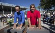 Torben Grael e Marcelo Ferreira fazem os moldes das mãos para o hall da fama na sede da CBVela na Marina da Glória Foto: Alexandre Cassiano / Agência O Globo