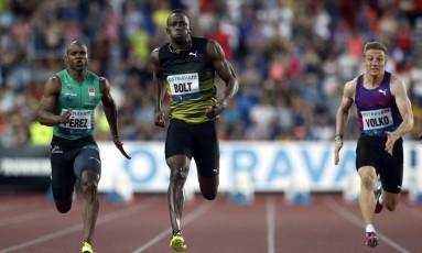Usain Bolt, ao centro, leva a melhor sobre o cubano Yunier Perez e o eslovaco Jan Volko Foto: Petr David Josek / AP