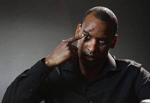 O policial Wayne Marques mostra em uma entrevista onde foi ferido durante o ataque à London Brigde no início do mês Foto: John Stillwell / AP