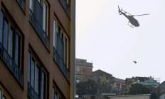 Dois suspeitos de ligação com tráfico no Pavãp-Pavãozinho mortos durante operação da Civil tiveram corpos içados por helicópteros Foto: Domingos Peixoto / Agência O Globo 22-05-2009