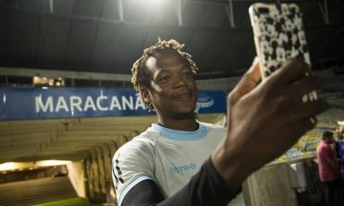 Romario, do Universidad Católica, faz selfie no Maracanã Foto: Guito Moreto