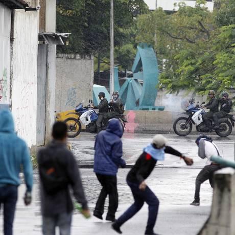 Manifestantes antigoverno enfrentam forças de segurança em Caracas Foto: Ariana Cubillos / AP
