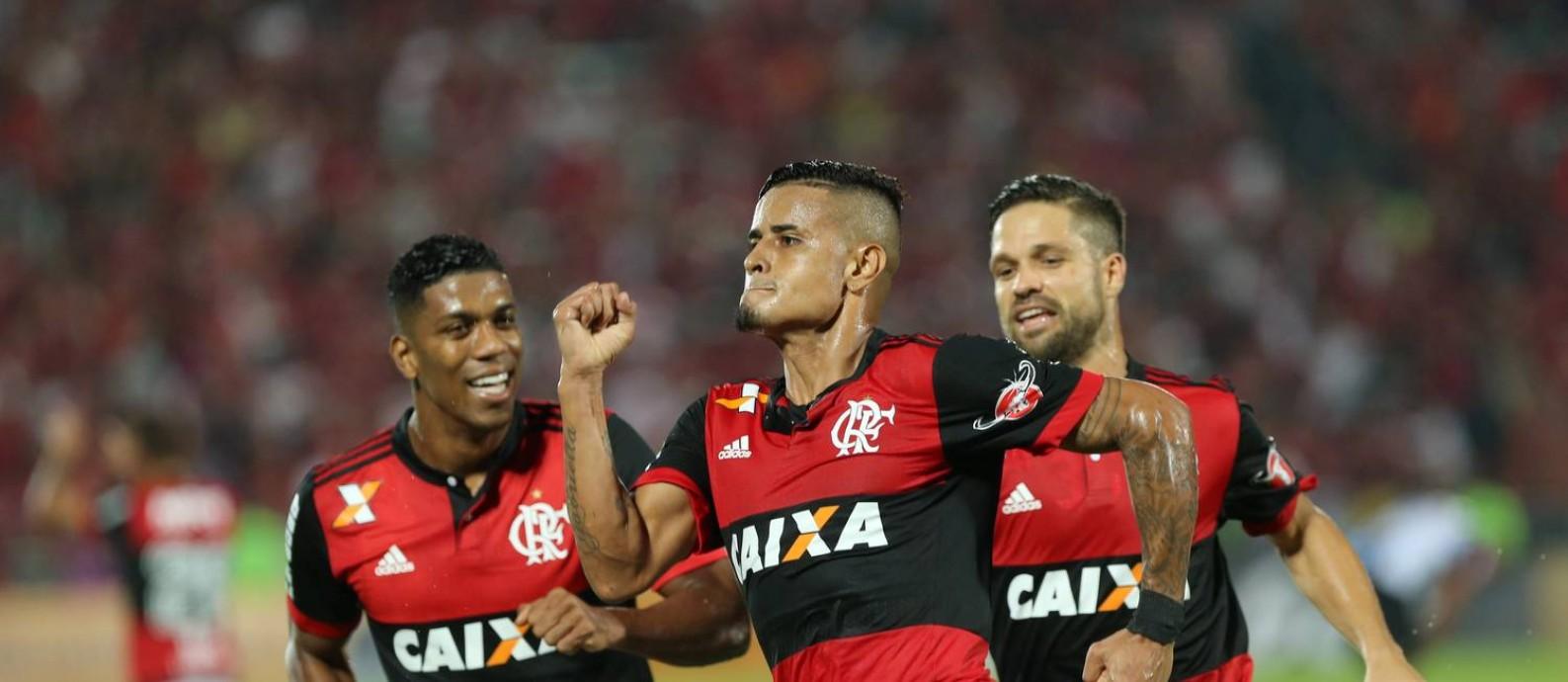 Berrío, Everton e Diego comemoram o gol que abriu o placar Foto: Marcelo Theobald