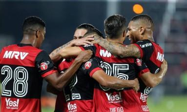 Everton comemora com Berrío, Pará, Diego e Guerrero o belo gol Foto: Marcelo Theobald