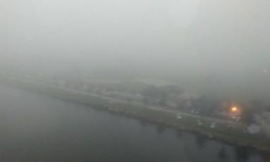 Nevoeiro sobre o Rio, visto da Ponte Rio-Niterói Foto: Lucieni Varella / O Globo