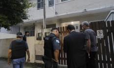 Policiais durante a operação Calabar, a maior da História do estado contra PMs corruptos Foto: Pedro Teixeira / Agência O Globo