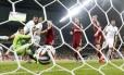 Jogadores da Rússia, de vermelho, observam um gol da Argélia na fase de grupos da Copa de 2014 Foto: Murad Sezer / Reuters