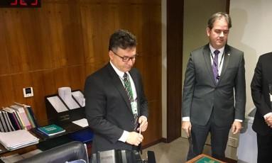 Denúncia protocolada: Secretário da Mesa da Câmara recebe denúncia contra Michel Temer do diretor-geral do Supremo Foto: Cristiane Jungblut / O Globo