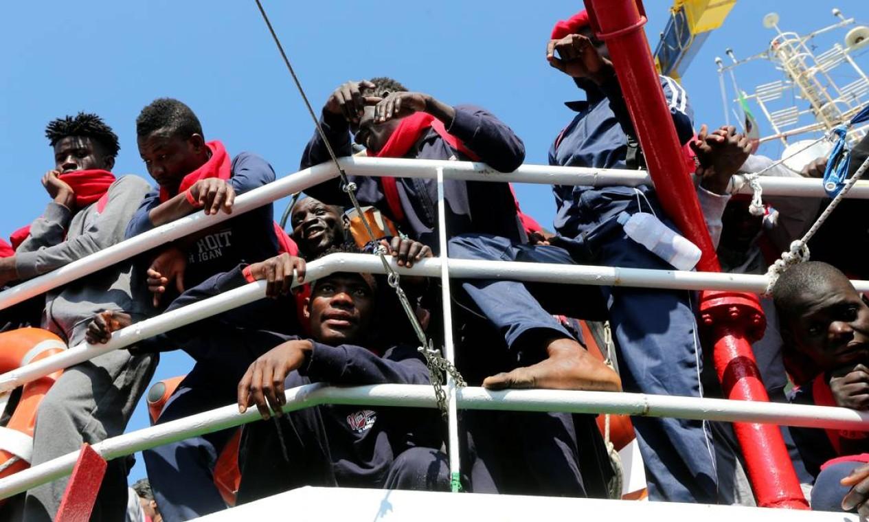 Imigrantes esperam para desembarcar do navio Vos Hestia após ele chegar no porto de Crotone, no Sul da Itália. Os deslocados foram resgatados pela equipe do Save The Children no mar Mediterrâneo perto da costa da Líbia Foto: STEFANO RELLANDINI / REUTERS
