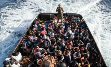 Barco líbio resgate migrantes que tentavam chegar a Europa em 27 de junho Foto: TAHA JAWASHI / AFP