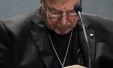 O cardeal George Pell concedeu entrevista coletiva nesta quinta-feira, um dia após ser indiciado por abusos sexuais de menores Foto: Gregorio Borgia / AP