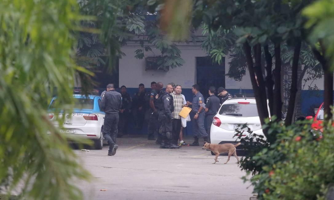 Policiais civis entram no 7º BPM para cumprir mandados de prisão Foto: Fabiano Rocha / Agência O Globo