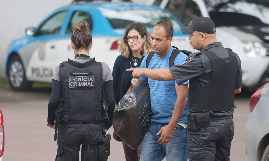 Policiais cumprem mandados de prisão na operação Calabar Foto: Fabiano Rocha / Agência O Globo