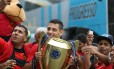Diego Souza exibe a taça do Campeonato Pernambucano, conquistado pelo Sport Foto: Anderson Freire/Sport