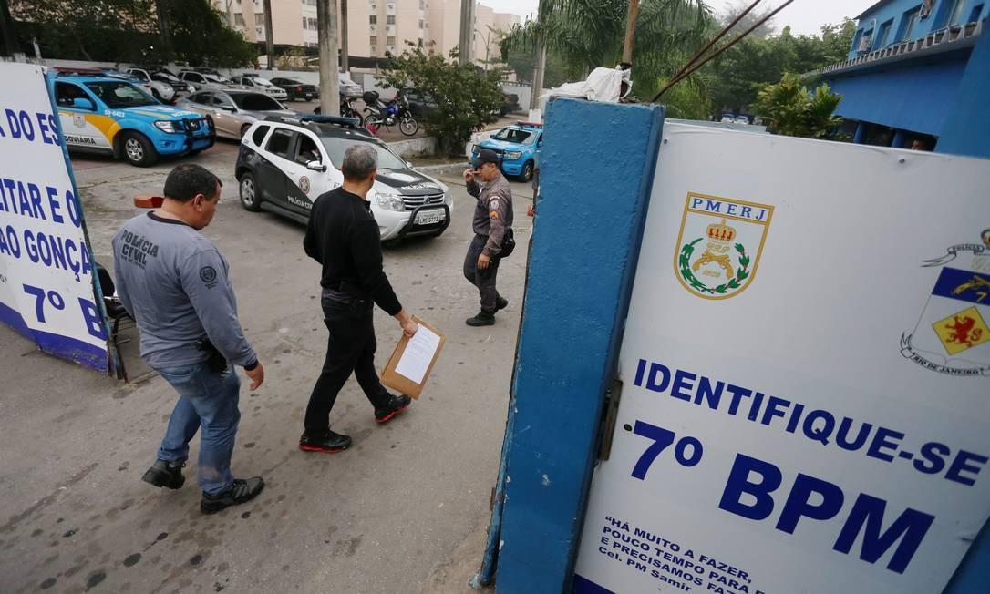 Policiais civis entram no 7º BPM (São Gonçalo) para cumprir mandados de prisão Foto: Fabiano Rocha / Agência O Globo