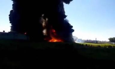 Incêndio atinge tanque de solvente químico em indústria de Guarulhos Foto: Reprodução/Bombeiros