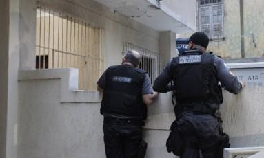 Maior operação da História do Rio contra policiais corruptos. Na foto, policiais civis cumprem mandado de prisão em um dos endereços Foto: Pedro Teixeira / Agência O Globo