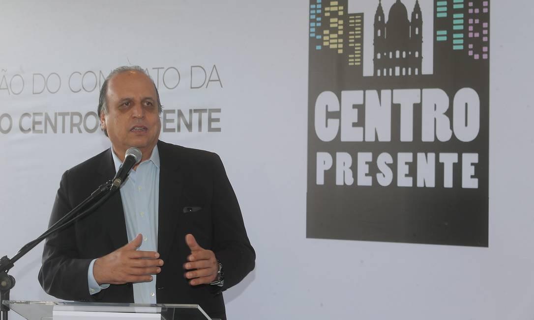 Luiz Fernando Pezão, durante cerimônia de assinatura da renovação do convênio da Operação Centro Presente Foto: Guilherme Pinto / Agência O Globo