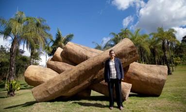 """A escultora Elisa Bracher junto à obra """"Embrionário"""", em Inhotim Foto: Divulgação"""