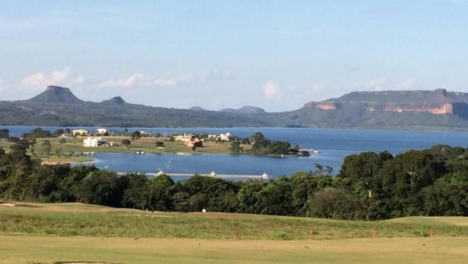 De um campo de golfe às margens do Lago Manso dá para ver os morros do Chapéu (esquerda) e do Navio (direita) Foto: Agência O Globo / Bruno Alfano