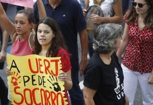Uerj está sem site e acesso a e-mail institucional. Na foto, manifestação de alunos e professores ocorrida no início do mês Foto: Antonio Scorza - 07/06/2017 / Agência O Globo