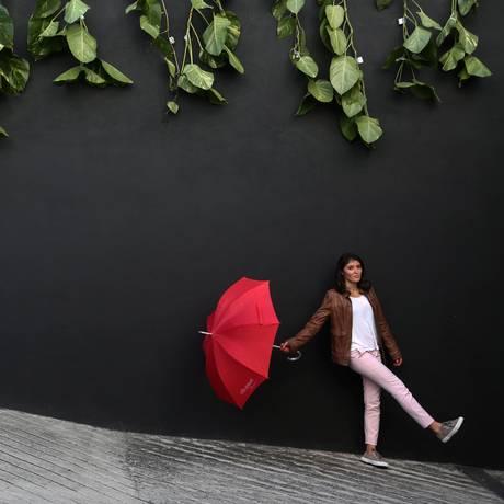 Gabriela Davies coordena mostra 'Deslocamento' Foto: Custódio Coimbra / Agência O Globo