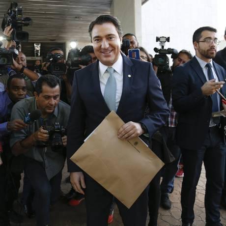 O primeiro-secretário da Câmara, Fernando Giacobo (PR-PR), protocolou denúncia contra Temer no Palácio do Planalto Foto: ANDRE COELHO / Agência O Globo