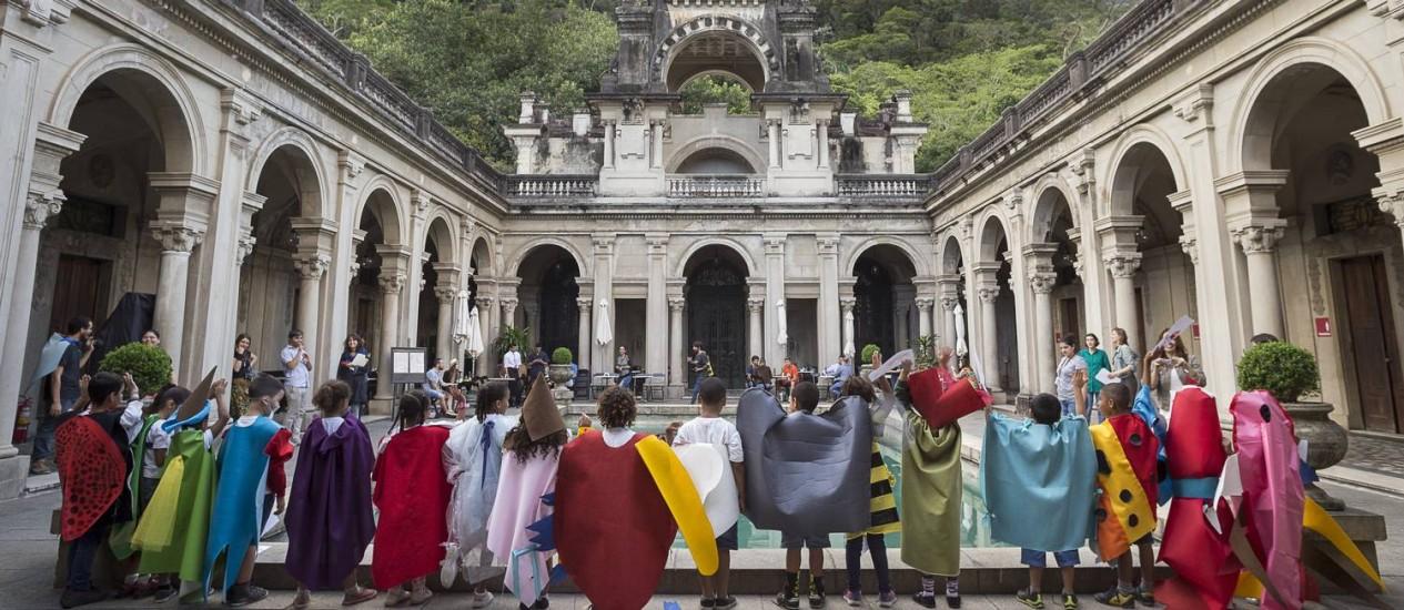 Crianças numa das oficinas para a mostra 'O nome do medo' Foto: Divulgação / Pedro Agilson