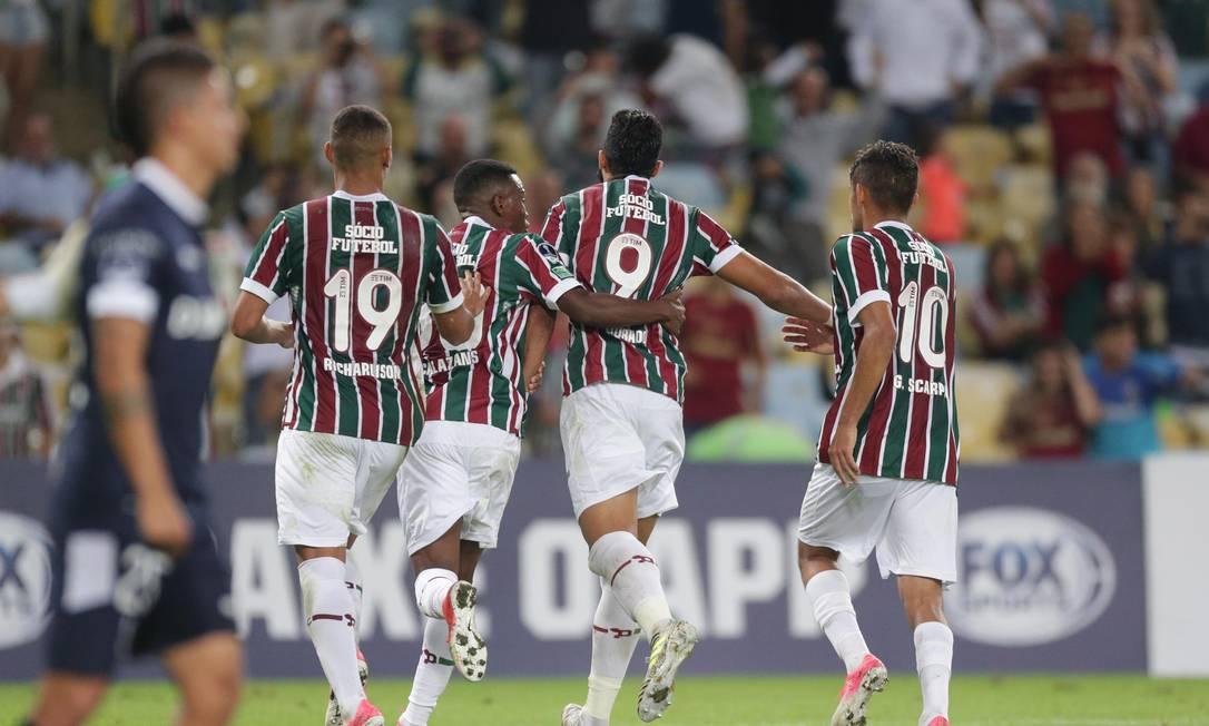Henrique Dourado, número 9, é abraçado ao fazer um de seus dois gols Márcio Alves