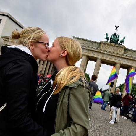 Um casal se beija em frente ao Portão de Brandemburgo para celebrar aprovação do casamento entre pessoas do mesmo sexo Foto: TOBIAS SCHWARZ / AFP