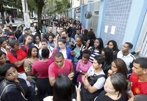 Trabalhadores em fila por uma vaga de emprego. Foto: Domingos Peixoto / Agência o Globo