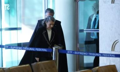 A ministra Cármen Lúcia se encaminha ao plenário do STF na última sessão antes do recesso Foto: Ailton de Freitas / O Globo