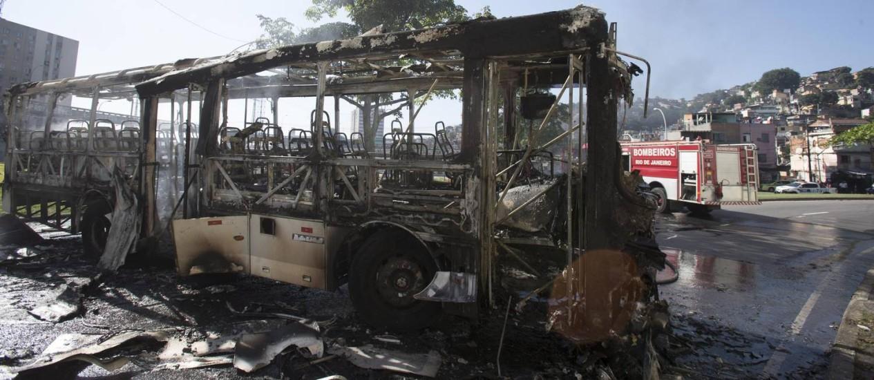 Ônibus é incendiado após mãe e filha morrerem durante tiroteio na Mangueira Foto: Alexandre Cassiano / Agência O Globo