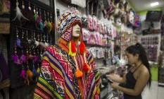 Venda de roupas de inverno no Saara Foto: Guito Moreto / Agência O Globo
