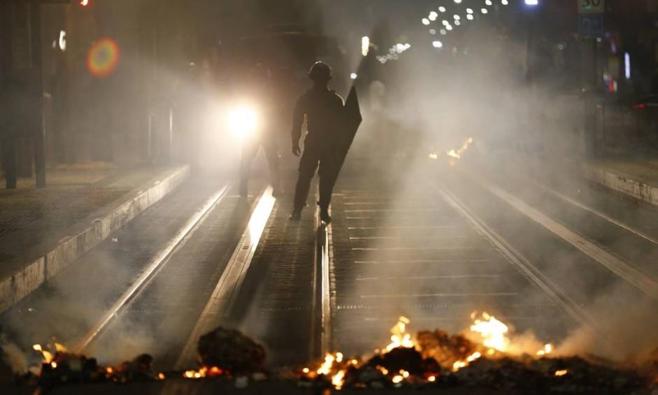 Policiais usaram bombas de gás lacrimogêneo, e manifestantes colocaram fogo em lixo no meio da rua Foto: Pablo Jacob / Pablo Jacob