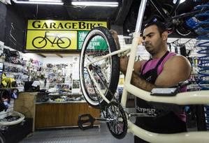 O mecânico José Carlos Costa Vieira, que trabalha há 18 anos com bikes, montou sua loja própria há oito meses em Icaraí, impulsionado pelo aumento do número de ciclistas. Foto: Fernando Lemos / Agência O Globo
