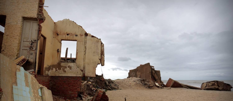 Atafona: a cidade que está sendo engolida pelo mar no município do Norte-Fluminense Foto: Roberto Moreyra / Agência O Globo