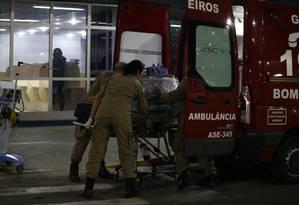 Transferência do bebê baleado para o hospital de Saracuruna Foto: Pablo Jacob / O Globo