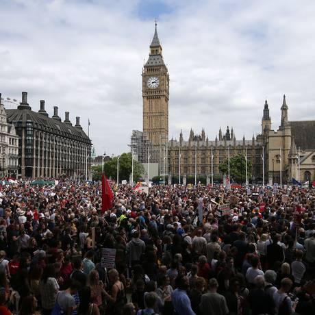 Manifestantes chegam à praça do Parlamento, em Londres Foto: DANIEL LEAL-OLIVAS / AFP
