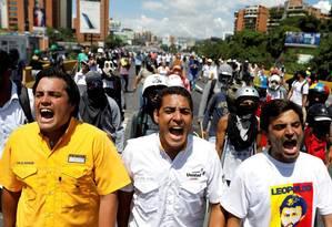 Os deputados da oposição Carlos Paparoni, Jose Manuel Olivares e Juan Andres Mejia lideram uma passeata contra Maduro em Caracas Foto: Carlos Garcia Rawlins/Reuters/29-5-2017